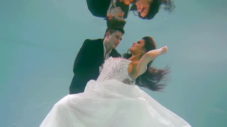 dát : newlyweds on the wedding day under water as in a fairy tale