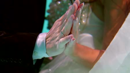 pia : young just married pair is stroking hands floating underwater, close-up, unusual wedding ceremony Vídeos