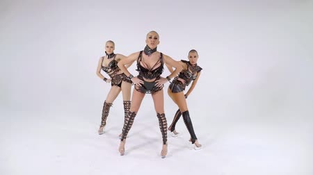 sexo : group of female bald dancers are performing sexual extravagant dance in white studio, dressed in fashion outfits Vídeos