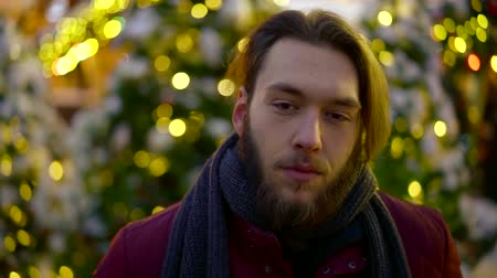 классный : portrait of bearded young hipster man in the evening cold weather. festive animation on the background Стоковые видеозаписи