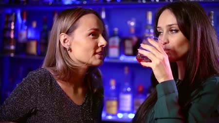 kelder : people celebrating and lifestyle concept-happy women drinking strong alcohol and talking in a bar or restaurant Stockvideo