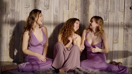 bohyně : three beautiful girls sitting on the carpet, singing, laughing, moving, shaking her hair Dostupné videozáznamy