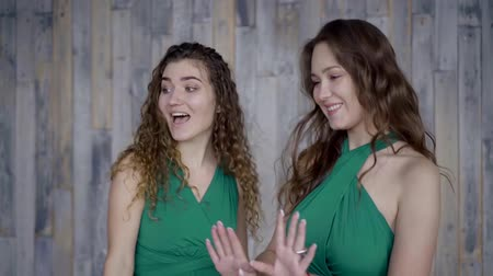 disko : two beautiful girls in the Studio move, shake their hair, smile, dance Stok Video