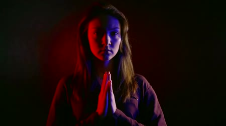 culto : submissive obedient sorrowful girl is standing in dark room with folded arms near chest Vídeos