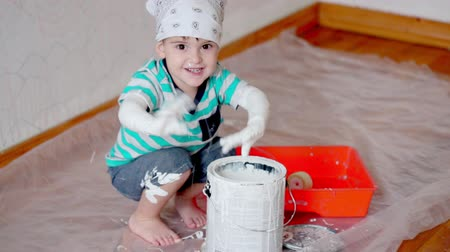 натюрморт : little boy kid painting the white wall at home