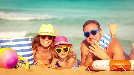 távozás : Happy family having fun at the beach. Summer vacations concept. Slow motion Stock mozgókép