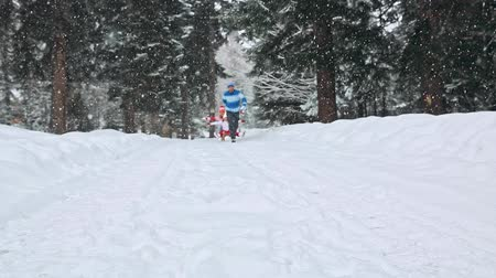 queda de neve : Happy family having fun in winter forest