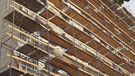 dach : Scaffolding on side of building. Scaffolding used as working platform for workers to work