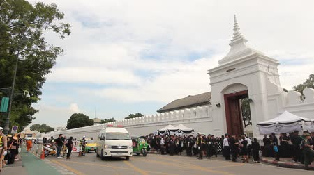 mourners : BANGKOK, THAILAND - OCTOBER 31, 2016 : Mourners queue to exit the Grand Palace to pay respect for late King Bhumibol Adulyadej as the palace is opened for the first time.
