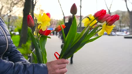 A woman sells tulips in the street Стоковые видеозаписи