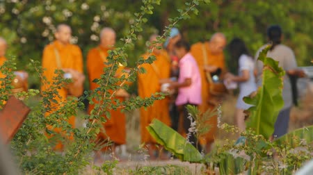 szerzetes : Every day Thai people give food offerings to Buddhist monk in morning . Concept blur action.