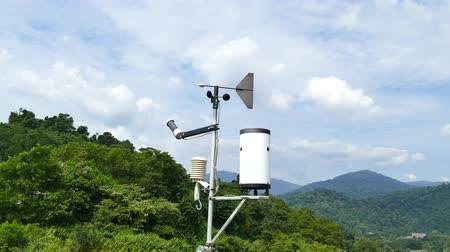 barometr : Weather station using instruments observing atmospheric conditions, wind direction, wind speed, temperature, barometric pressure and humidity. Wideo