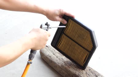 filtro : Electric blowers air blowing to car engine filter for cleaning the dust.
