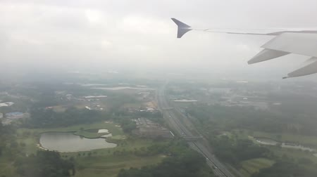 aeroespaço : Wing of airplane was landing, shot from window of the plane. Vídeos