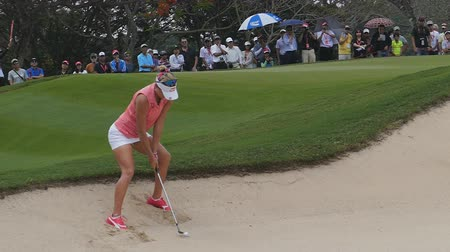 postura : Lexi Thompson of USA pitch ball off sand pits in Honda LPGA Thailand 2018 at Siam Country Club, Old Course on February 24, 2018 in Pattaya Chonburi, Thailand. Stock Footage