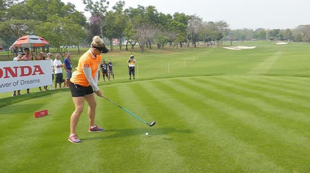 postura : Chaeley Hull of England tee off on hole 18 in Honda LPGA Thailand 2018 at Siam Country Club, Old Course on February 24, 2018 in Pattaya Chonburi, Thailand. Stock Footage