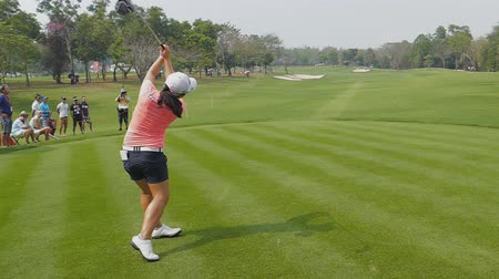 postura : Sei Young Kim of Republic of Korea tee off on hole 18 in Honda LPGA Thailand 2018 at Siam Country Club, Old Course on February 24, 2018 in Pattaya Chonburi, Thailand. Stock Footage