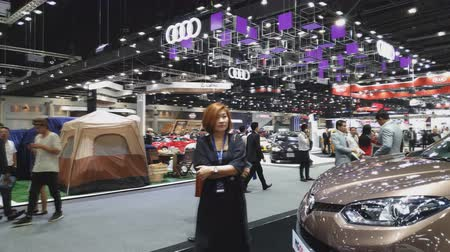 kupé : NONTHABURI - NOVEMBER 28: Customer and businessman on display at The 35th Thailand International Motor Expo on November 28, 2018 in Nonthaburi, Thailand.