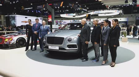 kupé : NONTHABURI - NOVEMBER 28: Unidentified businessman with Bentley Bentayga car on display at The 35th Thailand International Motor Expo on November 28, 2018 in Nonthaburi, Thailand. Dostupné videozáznamy