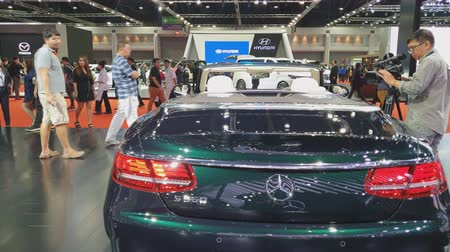 двухместная карета : NONTHABURI - MARCH 26: Mercedes-Benz Cabriolet car on display at The 40th Bangkok International Thailand Motor Show 2019 on March 26, 2019 Nonthaburi, Thailand. Стоковые видеозаписи