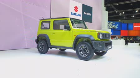 sala de exposição : NONTHABURI - MARCH 26: Suzuki Jimny car on display at The 40th Bangkok International Thailand Motor Show 2019 on March 26, 2019 Nonthaburi, Thailand. Stock Footage