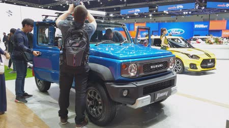 двухместная карета : NONTHABURI - MARCH 26: Suzuki Jimny car on display at The 40th Bangkok International Thailand Motor Show 2019 on March 26, 2019 Nonthaburi, Thailand. Стоковые видеозаписи