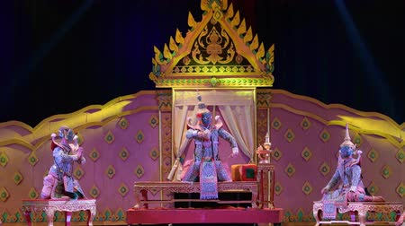 актер : LOPBURI, THAILAND - FEBRUARY 28 : The unidentified Thai dancers perform Khon, The high art of Thai with elegance, on display at National Education Conference on Performing Arts on February 28, 2019 in Lopburi, Thailand.