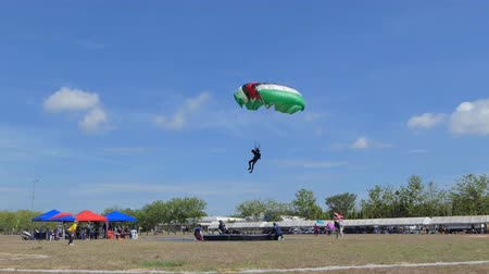 paracadutista : Parachutist was landing in to the target, Accuracy Landing,  in during Thai Army Parachuting Competition 2019 on June 15, 2019 in Lopburi , Thailand.