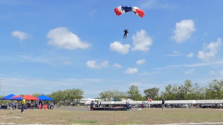 paracadutista : Parachutist was landing in to the target, Accuracy Landing,  in during Thai Army Parachuting Competition 2019 on June 15, 2019 in Lopburi, Thailand.