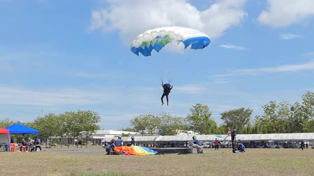 kockázat : Parachutist was landing in to the target, Accuracy Landing,  in during Thai Army Parachuting Competition 2019 on June 15, 2019 in Lopburi, Thailand.