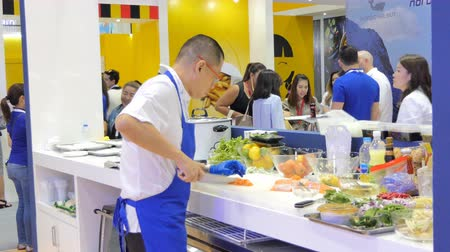васаби : Chef using knife was slice big fish in sea food market in during exhibition of THAIFEX - World of food ASIA 2019 on May 28, 2019 in Nonthaburi, Thailand. Стоковые видеозаписи