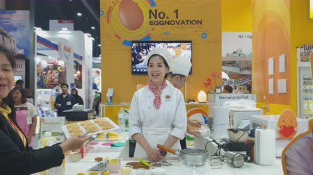 разделочная доска : Chef is demonstrating cooking in during exhibition of THAIFEX - World of food ASIA 2019 on May 28, 2019 in Nonthaburi, Thailand. Стоковые видеозаписи