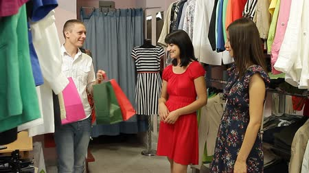 butik : Beautiful happy woman shopping clothes from salesman in boutique. Stok Video