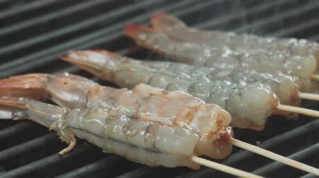 soyulmuş : The shrimps are frying on the roasting surface Stok Video