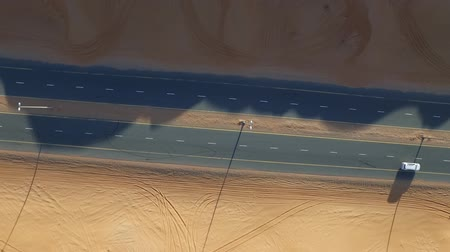 fardo : Desert highway with some vehicles. Top view tatic shot Vídeos