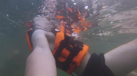 yelek : Guy in a life jacket is swimming under water