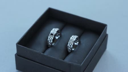 klenot : Wedding rings in a box