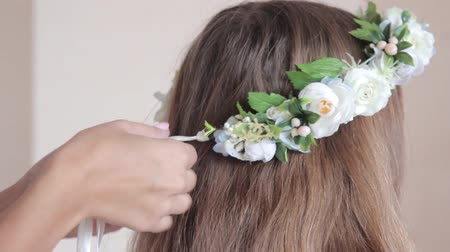 The head of the girl is decorated with a wreath on the wedding day Стоковые видеозаписи