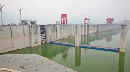 baraj : Panning shot of the Three Gorges Dam in China Stok Video