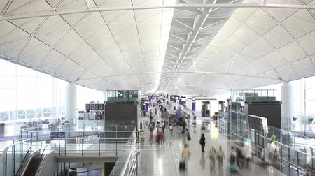 podróżnik : Timelapse video of commuters in an airport Wideo