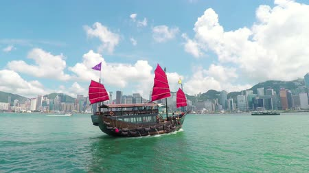 барахло : Hong Kong, China - Jun 4, 2015: Junk boat sailing across the Victoria Harbour in Hong Kong Стоковые видеозаписи