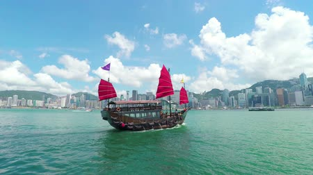 барахло : Hong Kong, China - Jun 4, 2015: Timelapse video of a junk boat sailing across the Victoria Harbour in Hong Kong Стоковые видеозаписи