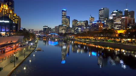 pénzügyi negyed : Melbourne, Australia - May 24, 2016: 4k moving shot across the Yarra River in downtown Melbourne