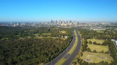 felhőkarcoló : 4k aerial video of highway traffic and Melbourne city CBD