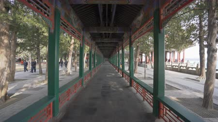 peking : Beijing, China - Mar 19, 2018: 4k video of walking along the Long Corridor at Summer Palace in Beijing Dostupné videozáznamy