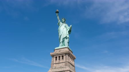 heykel : 4k hyperlapse video of Statue of Liberty in New York Stok Video