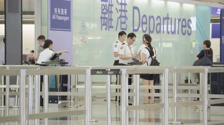 Hong Kong, Cina - 22 giugno 2017: video 4k dei viaggiatori al portone di partenza di Hong Kong International Airport Filmati Stock