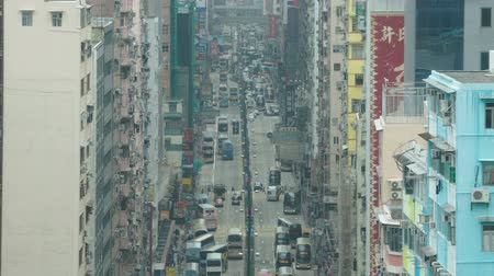 verkeersborden : Hong Kong, China - 2 juni 2017: Verkeer in een drukke straat in Mongkok overdag, wat een populaire reisbestemming is in Hong Kong. Stockvideo