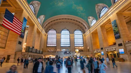центральный : New York, USA - May 10, 2018: 4k hyperlapse video of commuters at Grand Central Station in New York