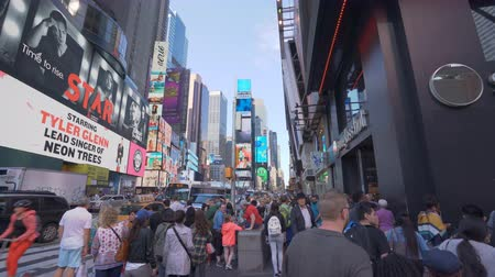 verkeersbord : New York, Verenigde Staten - 9 mei 2018: 4k-video van lopen op Times Square in New York Stockvideo